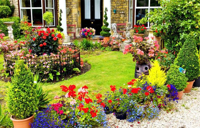 Декорирование цветами зоны отдыха на даче