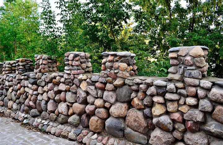 Ограда из дикого камня