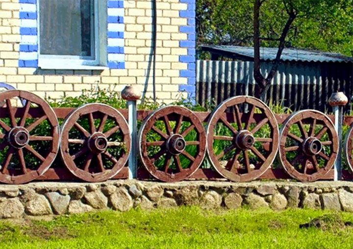 Ограждение из старых колес для телеги